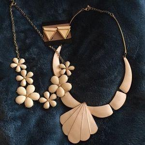 Earrings/necklaces set